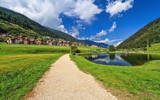 Fährt man von Cles aus in westlicher Richtung, erreicht man nach kurzer Zeit das Val di Sole. (Bild: © Antonio S - shutterstock.com)