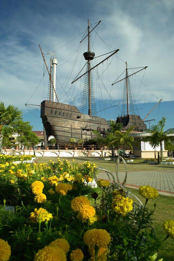 Im alten Hafen erinnert die Flor de Mar, der Nachbau einer Karavelle aus dem 16. Jahrhundert, an den Seehandel der Portugiesen. (Bild: © GUANLIN LI - shutterstock.com)