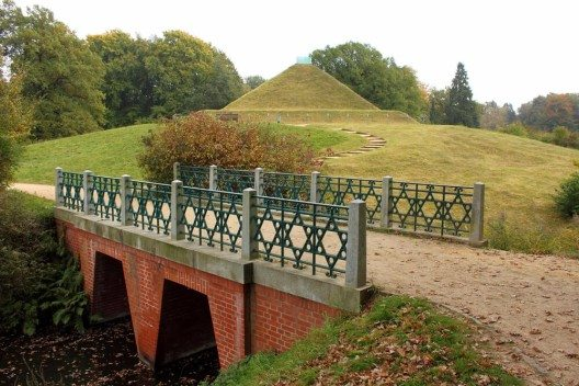 Ursprünglich war die auf einem der künstlichen Hügel erbaute Landpyramide als Grab für Fürstin Lucie gedacht gewesen. (Bild: © Henry Nowick - shutterstock.com)