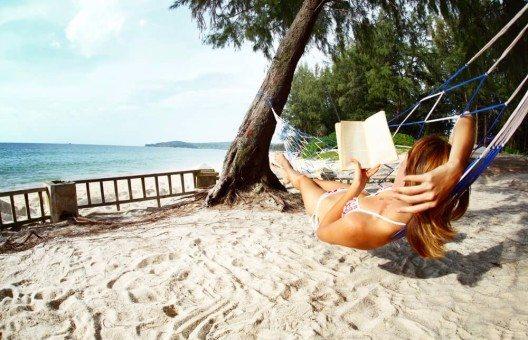 Wer fünf Tage am Strand in der Sonne liegt und liest, wird nicht so einfach Bekanntschaften machen. (Bild: © Dudarev Mikhail - shutterstock.com)
