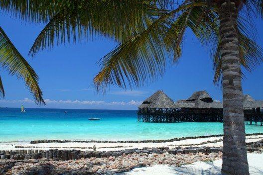 Sansibar bietet nicht nur idyllische Landschaften mit zahlreichen Palmen am Meer. (Bild: © Magdanatka - shutterstock.com)