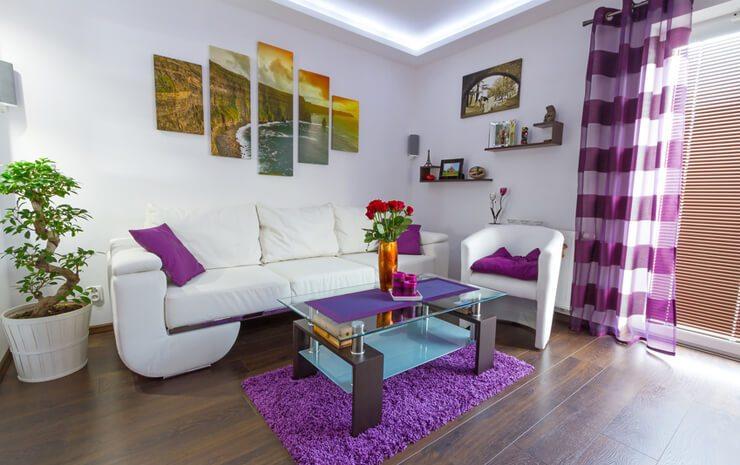 Vorhänge setzen farbliche und wohnliche Akzente. (Bild: © Patryk Kosmider - Fotolia.com)