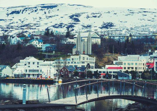 """Akureyrí, die viertgrösste Stadt Islands, wird gerne als """"Hauptstadt des Nordens"""" bezeichnet. (Bild: © Irina Bg - shutterstock.com)"""