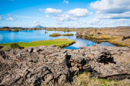 Der Mývatn See befindet sich mitten in einem Vulkangebiet. (Bild: © DrimaFilm - shutterstock.com)