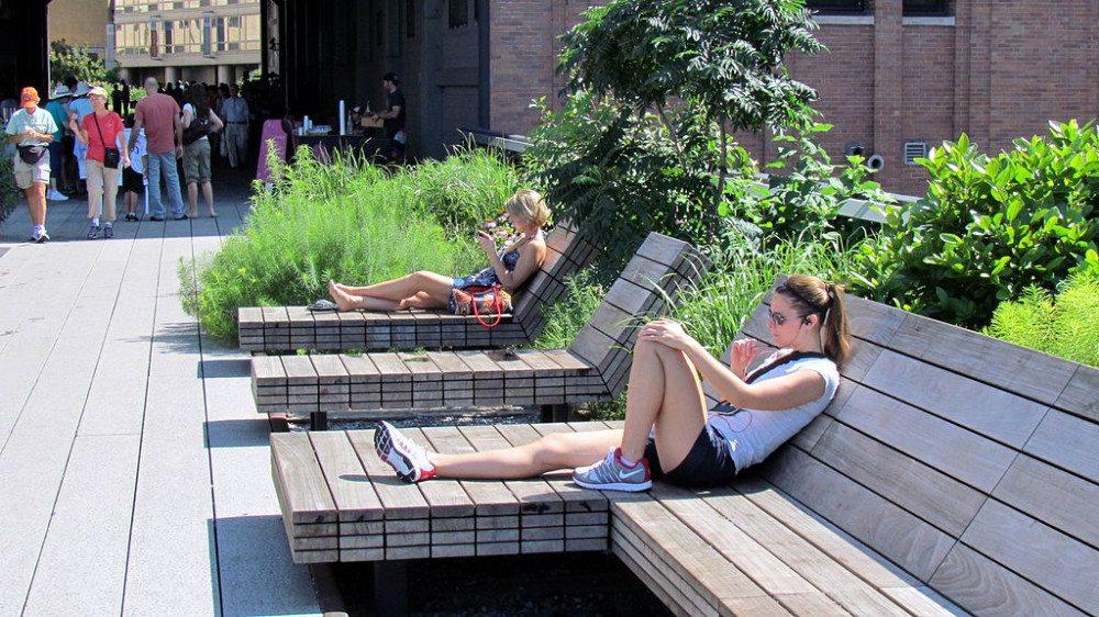 """Zahlreiche Bänke und Liegestühle laden die Besucher der High Line zum Verweilen ein. (Bild: © <a title=""""flickr.com - Flickr"""" href=""""http://www.flickr.com/people/25897810@N00"""" target=""""_blank"""" rel=""""nofollow"""">David Berkowitz</a> / <a title=""""flickr.com - Flickr"""" href=""""https://www.flickr.com/photos/davidberkowitz/5923557984/"""" target=""""_blank"""">flickr.com</a> / <a title=""""creativecommons.org - Creative Commons"""" href=""""https://creativecommons.org/licenses/by/2.0/deed.de"""" target=""""_blank"""">CC</a>)"""