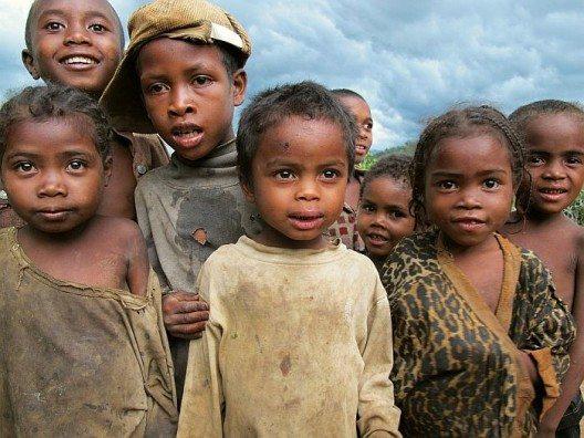 In Madagaskar spielen Kinder noch vergnügt und unbelastet mit den primitivsten Mitteln.