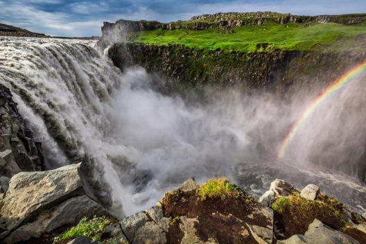 Mit etwas Glück und passendem sonnigen Wetter können am Dettifoss atemberaubende Regenbogen gesichtet werden. (Bild: © Shaiith - shutterstock.com)
