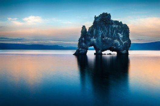 An der Ostküste der Halbinsel Vatnsnes erhebt sich der Hvítserkur aus dem Meer. (Bild: © Filip Fuxa - shutterstock.com)