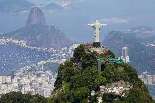 Die auf dem Zuckerhut stehende, überdimensionale Christusstatue zieht zahlreiche Touristen an. (Bild: © dmitry_islentev - shutterstock.com)