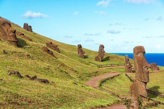 Berühmt ist die Osterinsel aufgrund der ca. 700 Steinstatuen Moai, die das Eiland bewachen. (Bild: © jkraft5 - fotolia.com)
