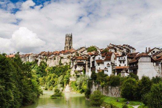 Die mittelalterliche Stadt Fribourg ist Kantonshauptstadt und an der Doppelschleife der Saane gelegen. (Bild: © Milosz_M - shutterstock.com)