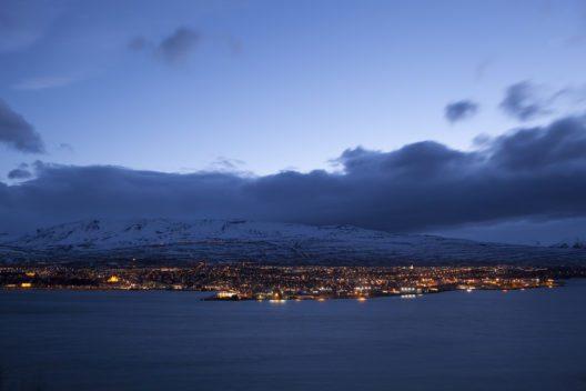 Akureyrí bei Nacht (Bild: © kb-photodesign - shutterstock.com)