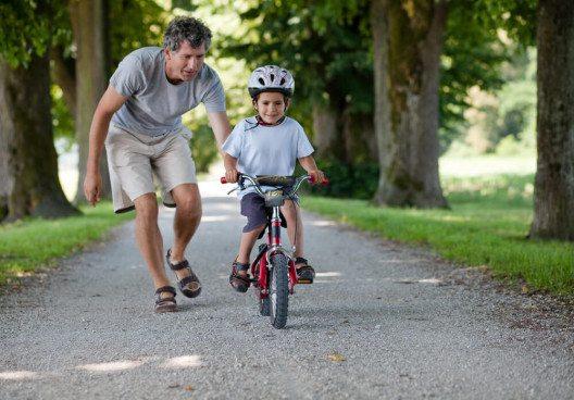 Wie sicher ist das Kind mit dem Velo? (Bild: © Peter Bernik - shutterstock.com)