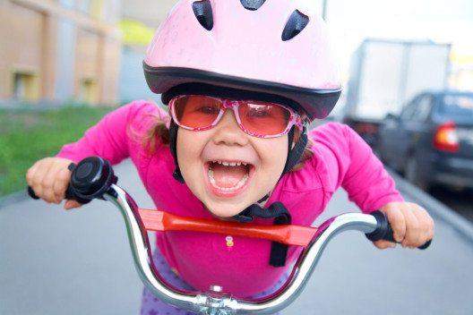 Mit Fahrradhelm und Sonnenbrille perfekt gerüstet für die Velotour. (Bild: © YanLev - shutterstock.com)