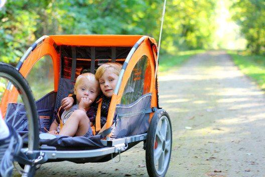 Für kleine Kinder empfiehlt sich ein Velo-Anhänger. (Bild: © Christin Lola - shutterstock.com)