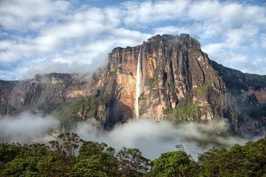 Vom Teufelsberg stürzt sich der Salto Angel, der höchste Wasserfall der Welt, in die Tiefe. (Bild: © Alice Nerr - fotolia.com)