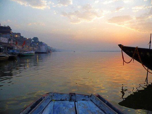 Eine Fahrt im Morgengrauen auf dem Ganges. Ein unvergessliches Erlebnis. (Bild: © Julia Schattauer / bezirzt.de)