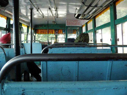 So sehen Busse im indischen Nahverkehr aus. Für längere Strecken gibt es mehr Komfort. (Bild: © Julia Schattauer / bezirzt.de)