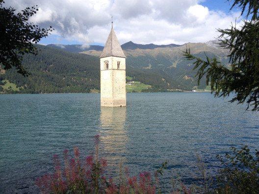 Ein einsamer Kirchturm, der aus dem Wasser ragt, ist das Wahrzeichen des Vinschgau. (Bild: © Stefanie Hertel)