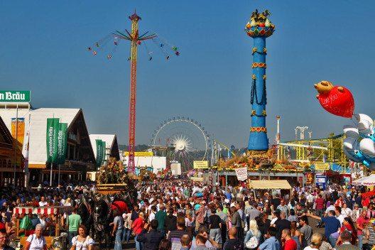 Das Cannstatter Volksfest in Stuttgart bietet grossen und kleinen Gästen jede Menge Spass. (Bild: © in.Stuttgart / Thomas_Niedermueller)