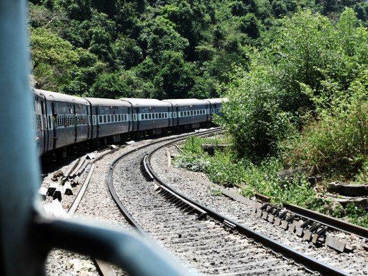 Eine indische Zugfahrt ist ein echtes Abenteuer. (Bild: © Julia Schattauer / bezirzt.de)