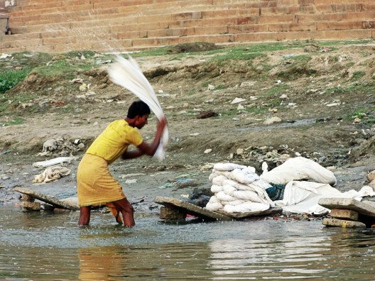Im Ganges wird auch gewaschen, trotz des Drecks. (Bild: © Julia Schattauer / bezirzt.de)