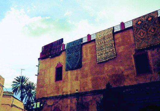 Die typisch roten Mauern der Medina. (Bild: © Julia Schattauer/ bezirzt.de)