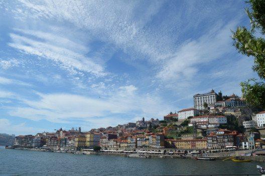 Der Blick von Vila Nova de Gaia nach Porto. (Bild: © Julia Schattauer / bezirzt.de)