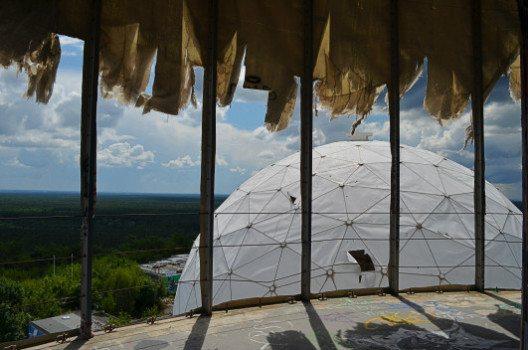 Von den Dächern der alten Abhöranlage hat man eine gute Aussicht. (Bild: © Julia Schattauer / bezirzt.de)