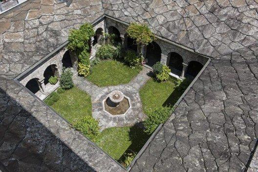Sehenswert sind auch das Taufbecken aus dem 4. Jahrhundert und der kleine Kreuzgang. (Bild: © tauav - fotolia.com)