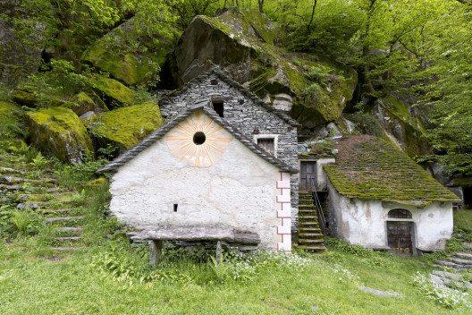 Die Wanderwege im Wege Maggiatal führen durch kleine verschlafene Dörfer. (Bild: Fulcanelli / Shutterstock.com)