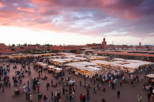 Der Djemaa El Fna in der Abenddämmerung hat einen ganz besonderen Reiz (Bild: © TDway - shutterstock.com)