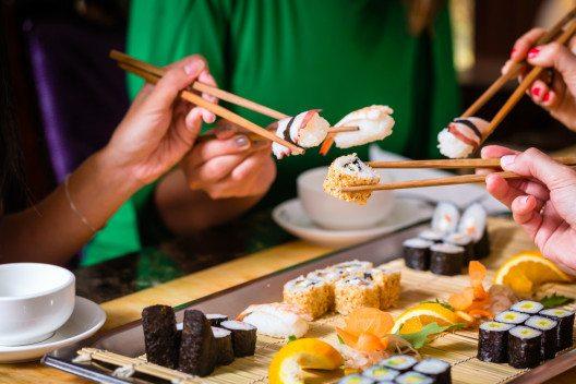 Exotisch essen und kochen sorgt für schöne Erinnerungen. (Bild: © Kzenon - shutterstock.com)