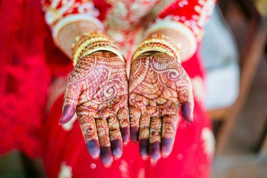 Henna sind in vielen Kulturen Hochzeitsschmuck für die Braut (Bild: © AnnaTamila / shutterstock.com)