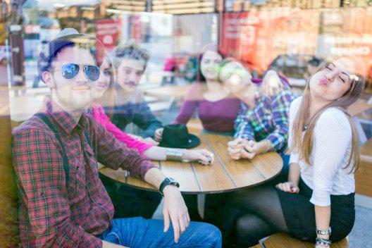 Offen sein und Menschen treffen, das ist das Wichtigste, um sich wie ein Backpacker zu fühlen. (Bild: © Zurijeta - shutterstock.com)