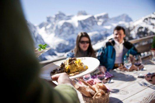 Die Wintersportler haben dabei die Möglichkeit, mit ihren Skiern von Hütte zu Hütte zu fahren und dort die jeweiligen Köstlichkeiten zu geniessen. (Bild: © PHOTOPRESS/Alta Badia/Alex Filz)