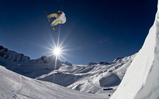 2006 etablierte sich der Gletscher mit drei Snowparks zu einem der grössten Freestyle-Zentren der Alpen. (Bild: © Roland Haschka_ QParks)