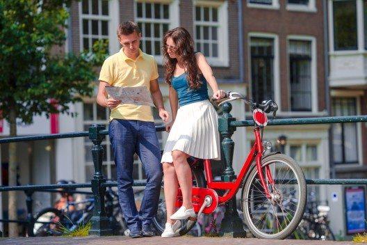 Amsterdam auf zwei Rädern, das macht Sinn. (Bild: © TravnikovStudio - shutterstock.com)