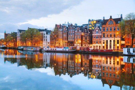 Amsterdam im Untergang der Sonne (Bild: © photo.ua - shutterstock.com)