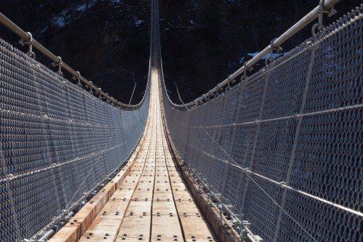 Die Hängebrücke liegt oberhalb des Sementina-Tals im direkten Umfeld von Bellinzona. (Bild: © photobank.ch - shutterstock.com)