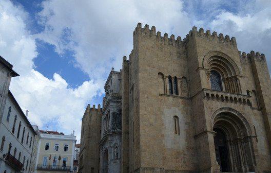 Die alte Kathedrale von Coimbra ist ein eindrucksvolles Bauwerk. (Bild: © Julia Schattauer / bezirzt.de)