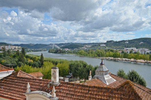 Blick von der Universität zum Rio Mondego. Im Hintergrund die berühmte Hängebrücke. (Bild: © Julia Schattauer / bezirzt.de)
