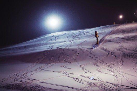 Nachtskifahren bei Livemusik (Bild: © Dinga - shutterstock.com)