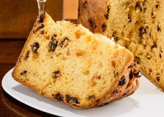Als begleitender Absacker für das Dessert hat der Kanton ebenfalls eine eigene Spezialität zu bieten, den Panettone. (Bild: © studiogi - shutterstock.com)