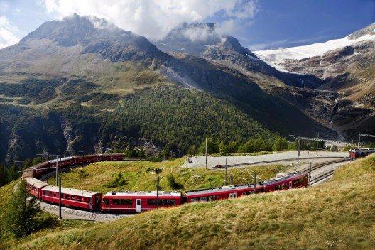 Der namhafteste Zug seiner Art ist der Glacier-Express. (Bild: © sculpies - shutterstock.com)