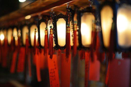 Beten in Amsterdams Chinatown. (Bild: © Sean Pavone / shutterstock.com)