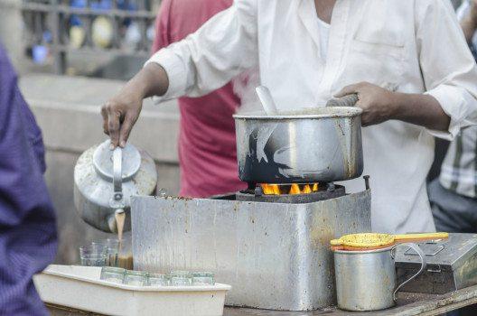 Heißen Chai gibt es in Indien an jeder Strassenecke. (Bild: Pete Burana / Shutterstock.com© )
