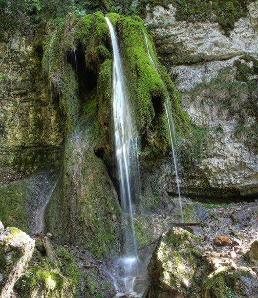 Tosende Wasserfälle wechseln sich mit erfrischenden Gumpen ab. (Bild: © Pixeljoy - shutterstock.com)