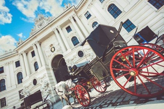 Eine weitere Station, die Wiener Hofburg, erreicht man besten im traditionellen Fiaker. (Bild: © canadastock - shutterstock.com)