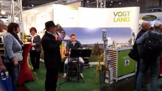 """Am Eröffnungstag wurde der """"Stand-Moderator"""" Sven Reistel durch den jungen Musiker Steve Müller aus Klingenthal unterstützt."""